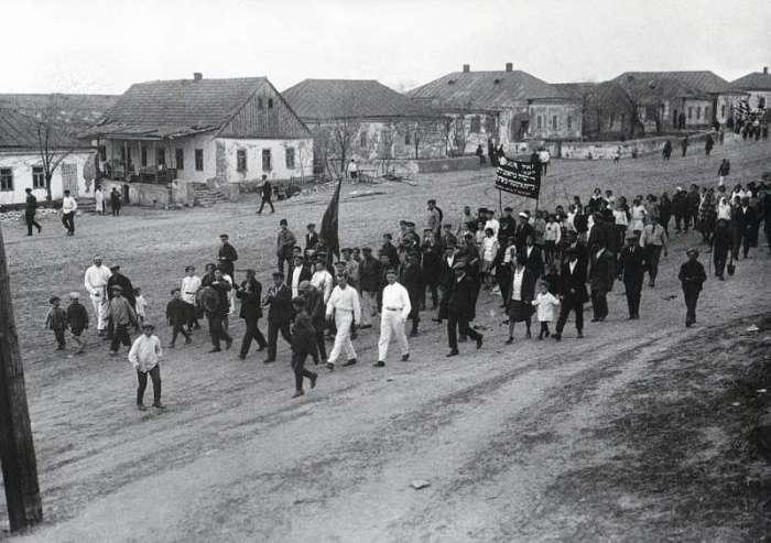 Первомайская демонстрация в колхозе. СССР, Криворожье, 1929 год.