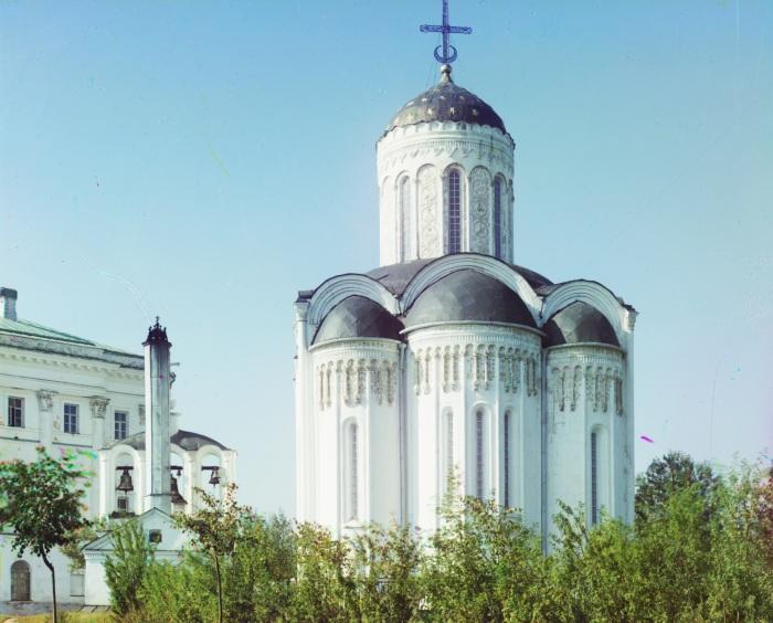 Алтарная сторона Димитриевского собора во Владимирской губернии.