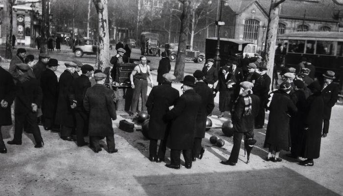 Силач на одной из улиц в Париже в 1934 году.