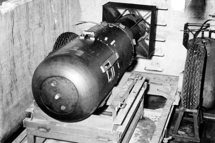 Атомная бомба Little Boy перед загрузкой в бомбовый отсек самолета B-29 Enola Gay.