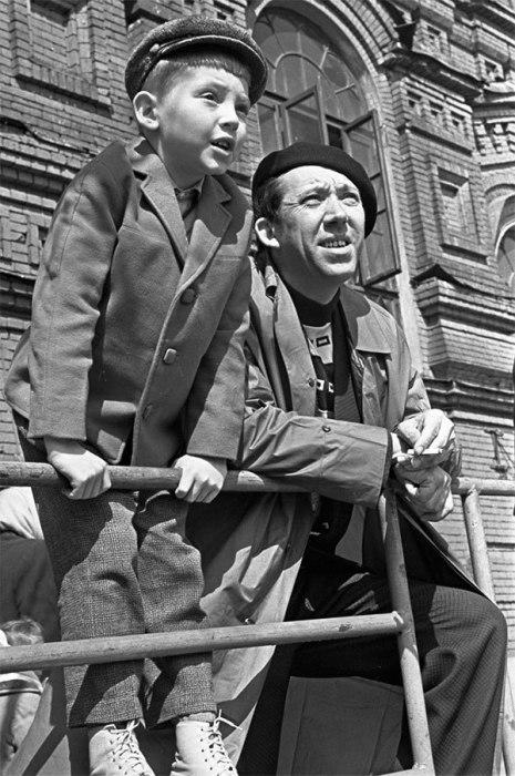 Юрий Никулин с сыном Максимом на Красной площади в 1963 году.