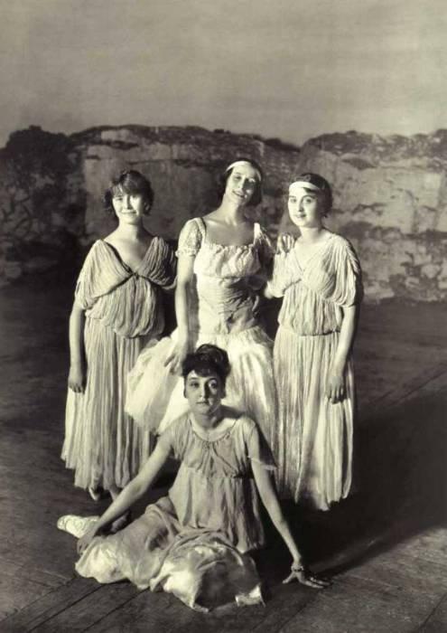 Анна Павлова в группе балерин. Санкт-Петербург, 1907 год.