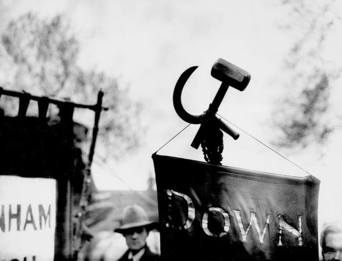 Серп и молот, прикреплённый к знамени на демонстрации трудящихся, 1 мая 1928 год.