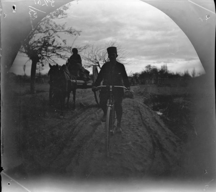Томас Аллен, едущий на велосипеде по дороге в Бухару.