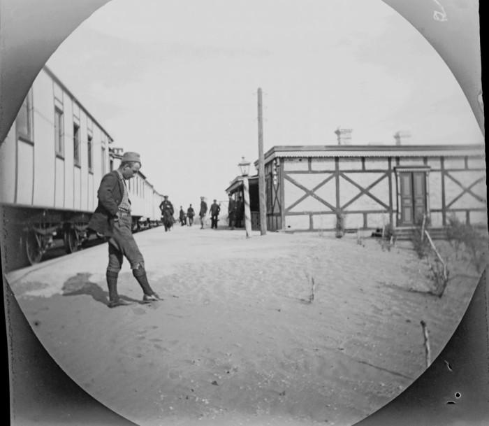 Сцена на железнодорожном вокзале на Закаспийской железной дороге.