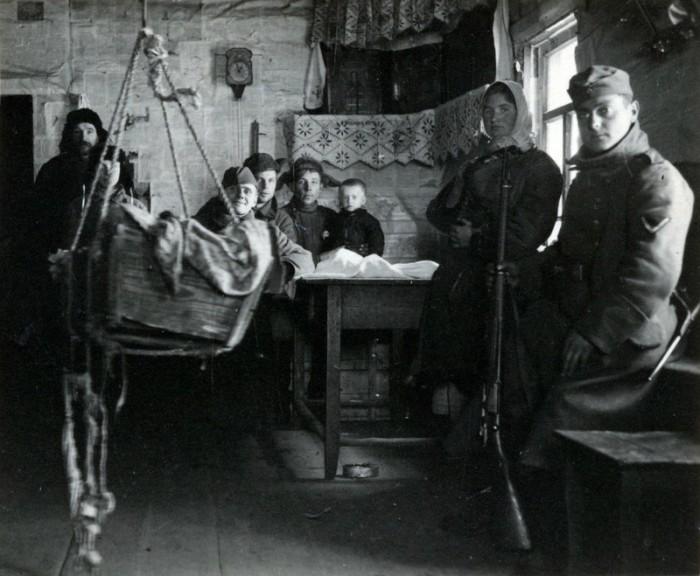 Среди украинцев, которые сотрудничали с нацистами, было большое количество антисоветски настроенных лиц, добросовестно служивших нацистской Германии.