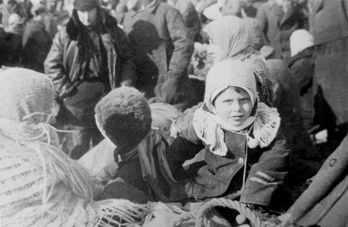 Евреи из города Лубны перед расстрелом в Засульском яру вблизи города.