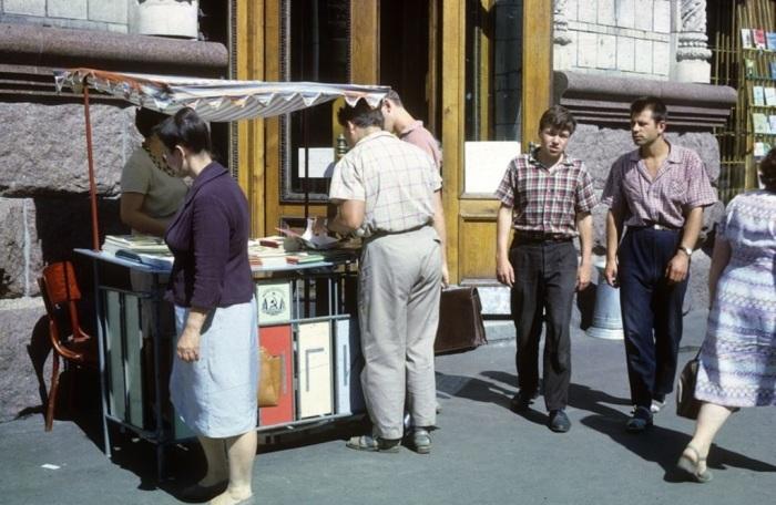 Торговля книгами в Киеве, на углу Крещатика и улицы Свердлова. СССР, Киев, 1963 год.