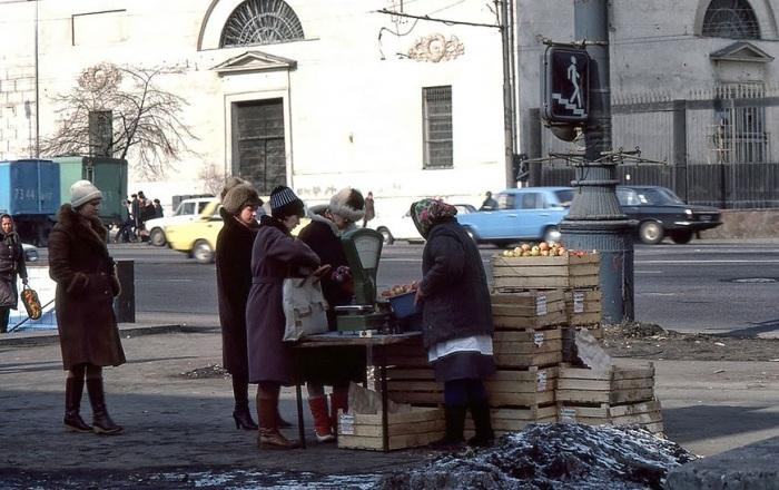 Уличная торговля яблоками. СССР, Москва, 1986 год.