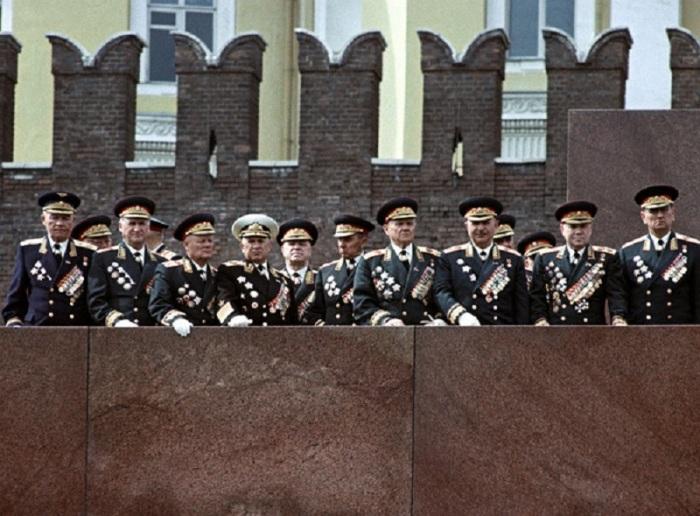 В то время ещё были живы не только миллионы ветеранов, но и маршалы Великой Отечественной.