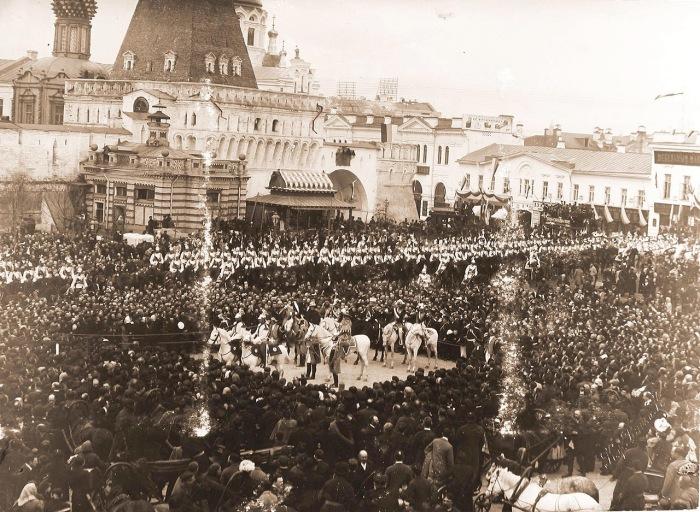 Герольды на Лубянской площади у Владимирских ворот Китай-города объявляют горожанам о дне священного коронования.