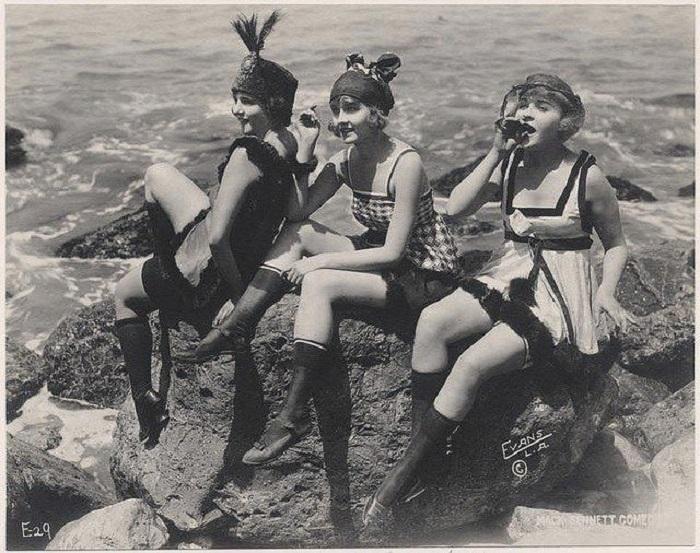 Эмансипированные молодые девушки 1920-х годов, которые олицетворяют поколение «ревущих двадцатых».