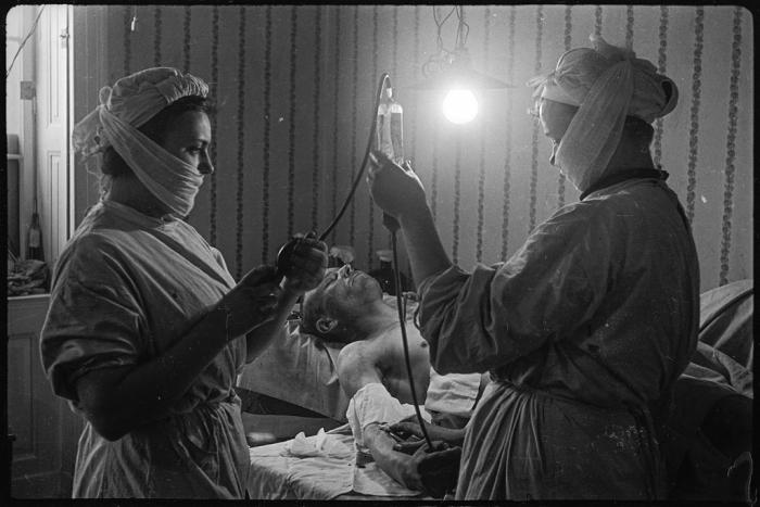 Переливание крови в военном госпитале. Берлин, 1945 год.