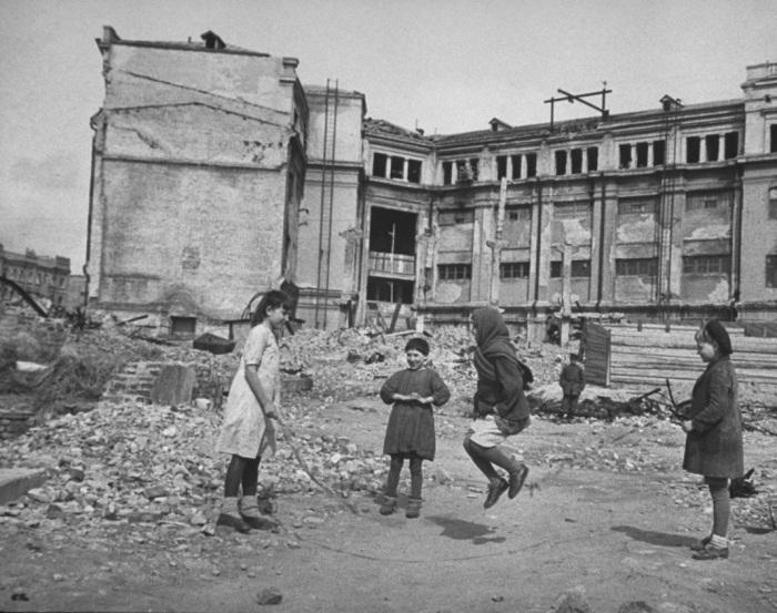 Дети по привычке играющие среди развалин.