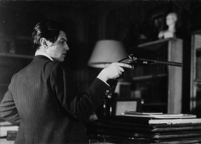Серж Лифарь с пистолетом, из которого был убит Пушкин. Это была пара кленовых дуэльных пистолетов калибра 12 мм французской фирмы Le Page.