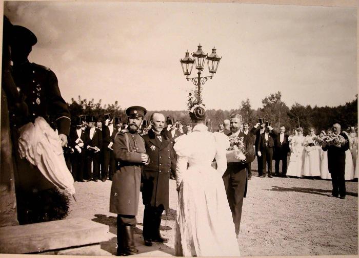 Представители местной власти встречают императора Николая II и императрицу Александру Федоровну.