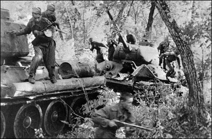 Советский десант занимает населенный пункт северо-восточнее Пхеньяна в августе 1945 года.
