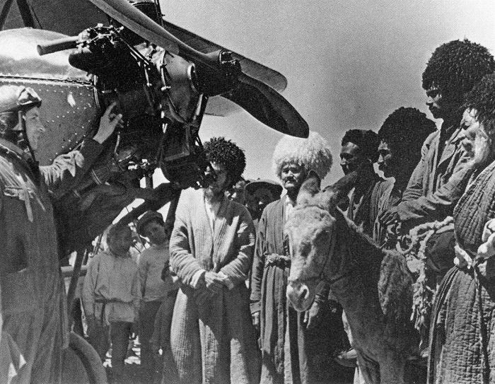 Показ нового самолётом. СССР, Туркменистан, 1930 год.
