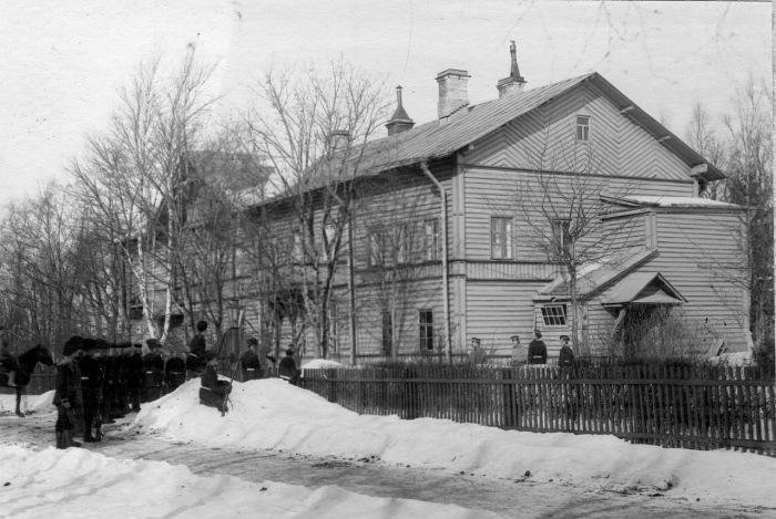 Взвод лейб-гвардии Гренадерского полка у здания штаба бригады во время учений в 1908 году.