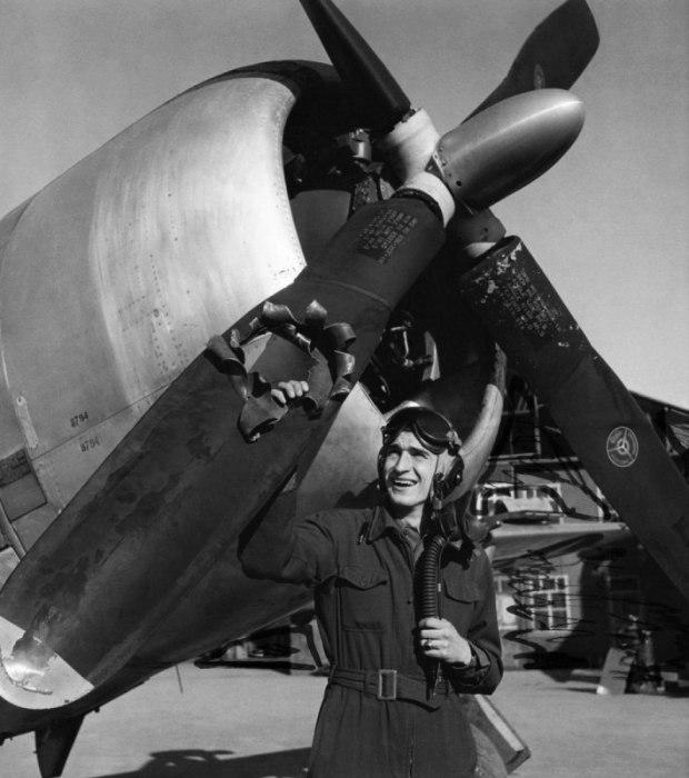 На момент фотографирования пилоту было 19 лет. Он совершил 39 боевых вылетов, в ходе которых 6 раз подвергся атакам средств ПВО. Пилот в эскадрилье считался счастливчиком и носил прозвище «Lucky». На фото присутствуют следы ретуши цензора.