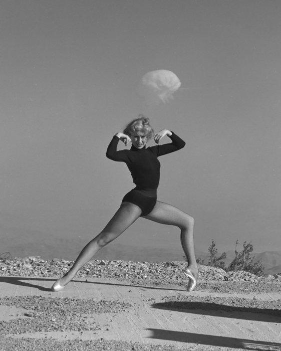 Танцовщица на фоне ядерного взрыва. США, Невада, 1950-е годы.