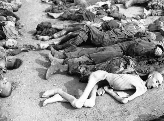 Мертвые тела, найденные солдатами Третьей бронетанковой дивизии армии США, в немецком концентрационном лагере в Нордхаузен.