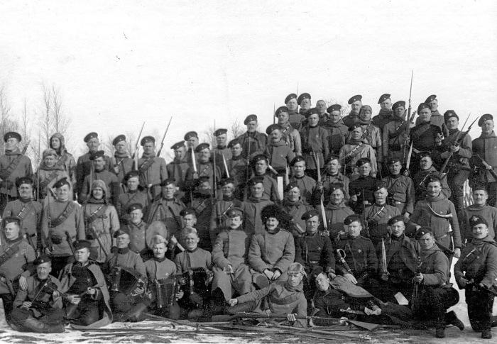 Солдаты и офицеры лейб-гвардии Егерского полка на учении в бригаде в 1908 году.