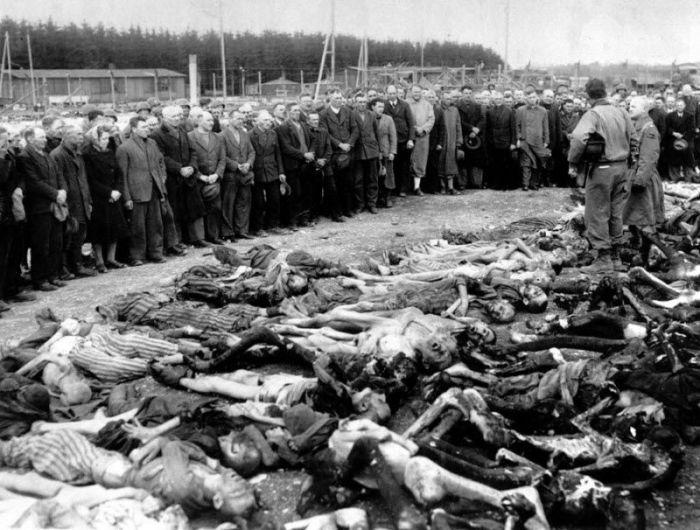 Подполковник Эд Сейлер из Луисвилля стоит среди останков жертв Холокоста.