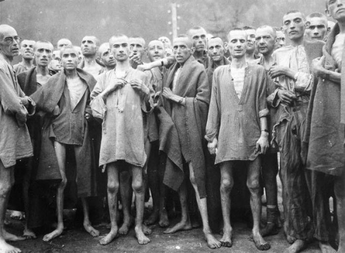 Измученные и истощенные заключенные в концентрационном лагере в Эбензее.