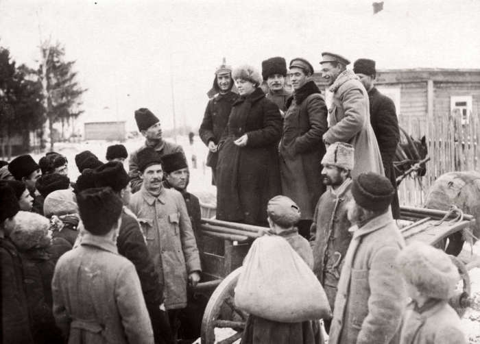 Беседа партийных работников с крестьянами во время голода. СССР, 1921 год.