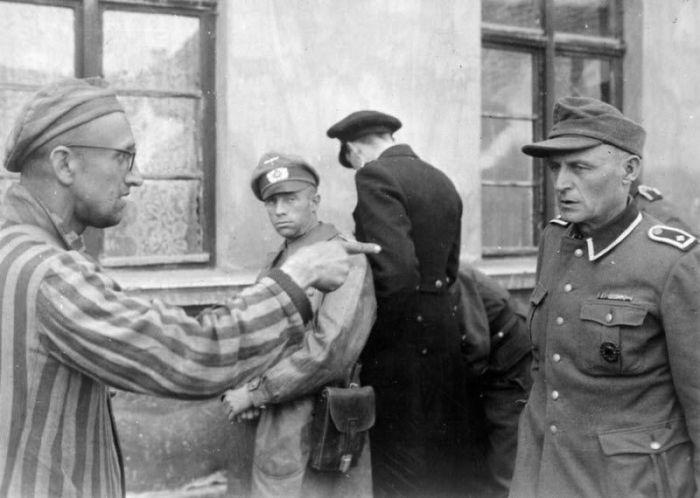 Освобожденный заключённый указывает на бывшего охранника лагеря, который расстреливал заключенных.