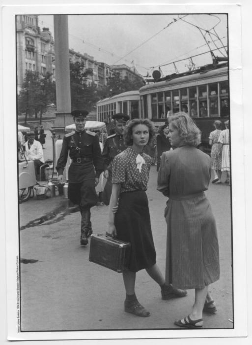 Девушки, ждущие трамвай на остановке.