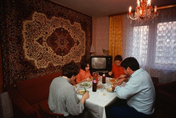 Семейный обед.  СССР, Москва, 1980-е годы.