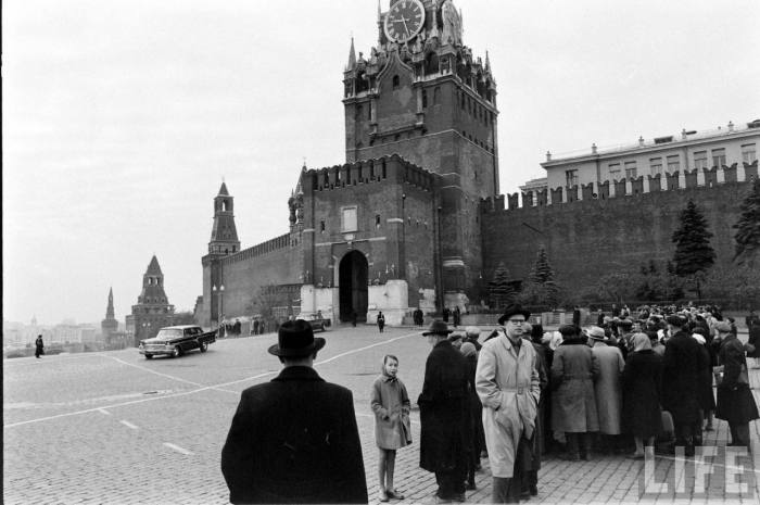 Туристы гуляющие на Красной площади. СССР, Москва, 1961 год.