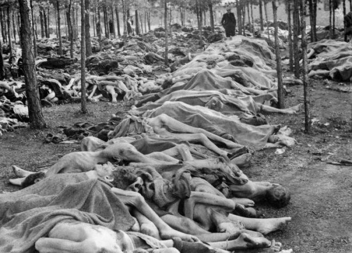 Мертвые тела, которые были найдены в концентрационном лагере Берген-Бельзен после того, как британские войска освободили лагерь.