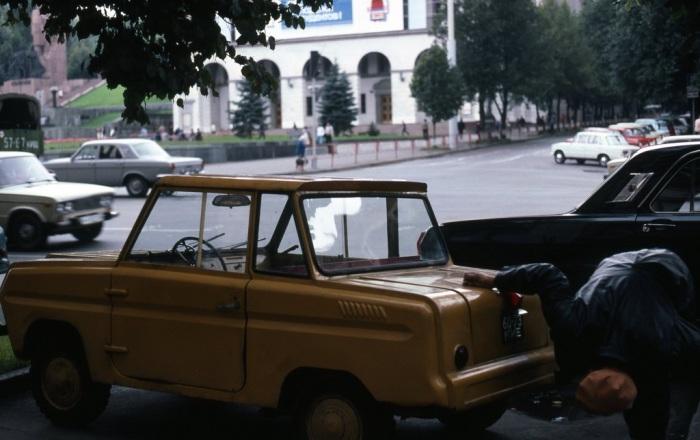 Двухместный автомобиль Серпуховского завода. СССР, Киев, 1985 год.