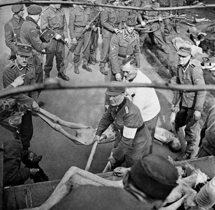 Солдаты немецких войск СС грузят тела жертв-узников концлагеря Берген-Бельзен.