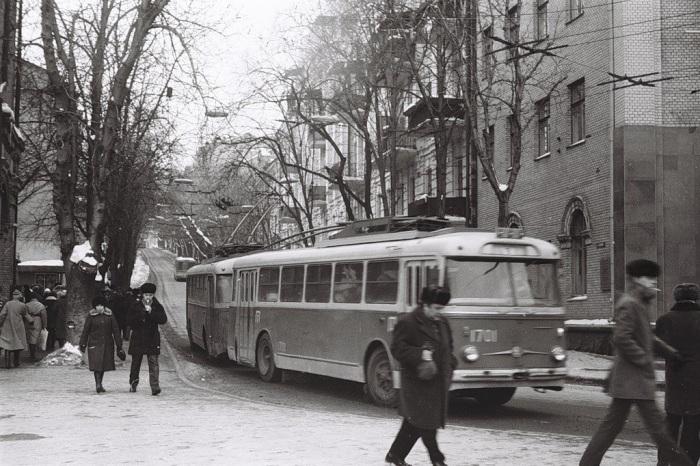 Конечная остановка на площади Октябрьской Революции. СССР, Киев, 1987 год.