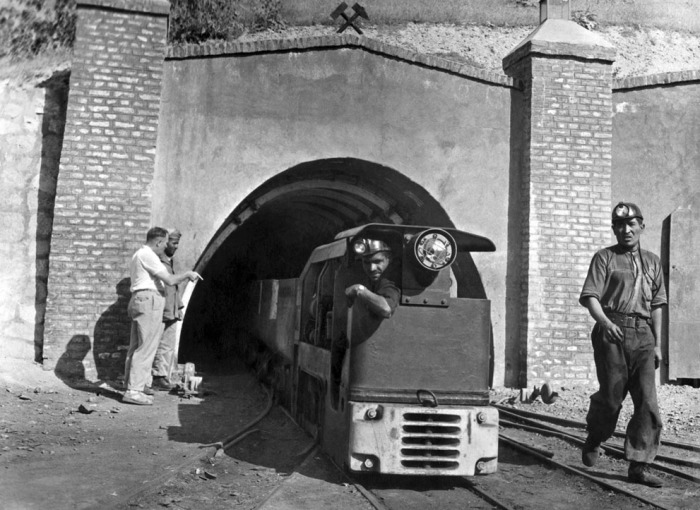 Вход в угольную шахту Каркар, находящуюся примерно в 12 км от провинциального городка Пули-Хумри.