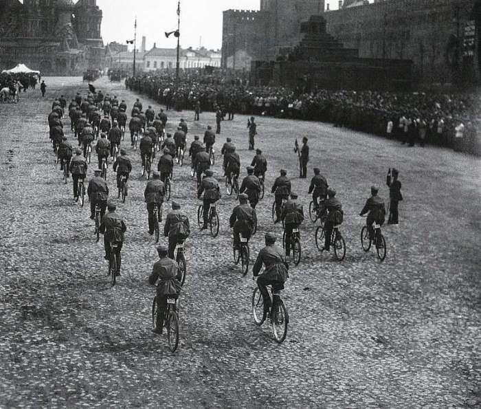 Военный парад на Красной площади. СССР, Москва, 1924 год.