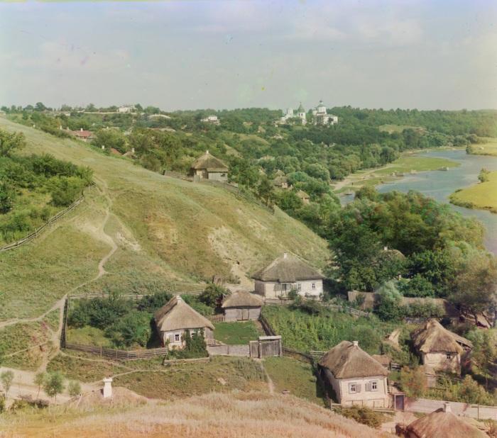 Село на берегу реки на территории Малороссии.