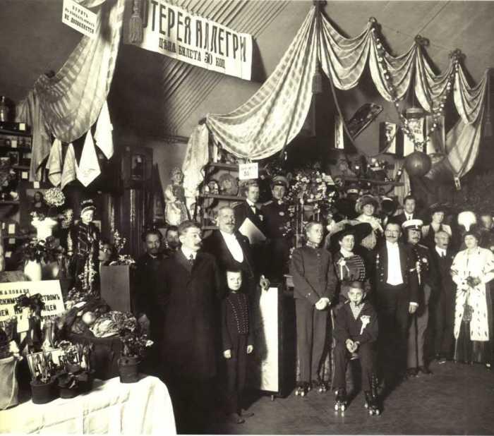 Участники и посетители благотворительного базара Санкт-Петербург. 1911 Фото: «Карл Булла» Из собрания Центрального государственного архива кинофотофонодокументов Санкт-Петербурга