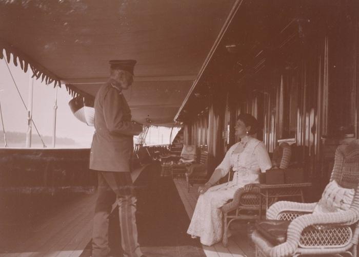 Императрица разговаривает на палубе яхты с гофмаршалом Высочайшего двора графом Бенкендорфом.