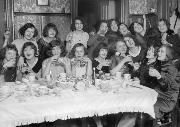 Флэпперы - прозвище молодых эмансипированных девушек 1920-х годов. В противовес викторианским идеалам, в соответствии с которыми воспитывали их матерей и бабушек, флэпперы вели себя подчёркнуто свободно и демократично: одевались в достаточно вызывающей по тогдашним временам манере, ярко красились, слушали джаз, имели собственные автомобили, не стеснялись курить и употреблять алкогольные напитки и нередко практиковали случайные связи.