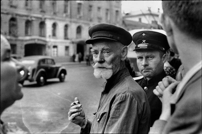 На пешеходном переходе. СССР, Москва, 1954 год.