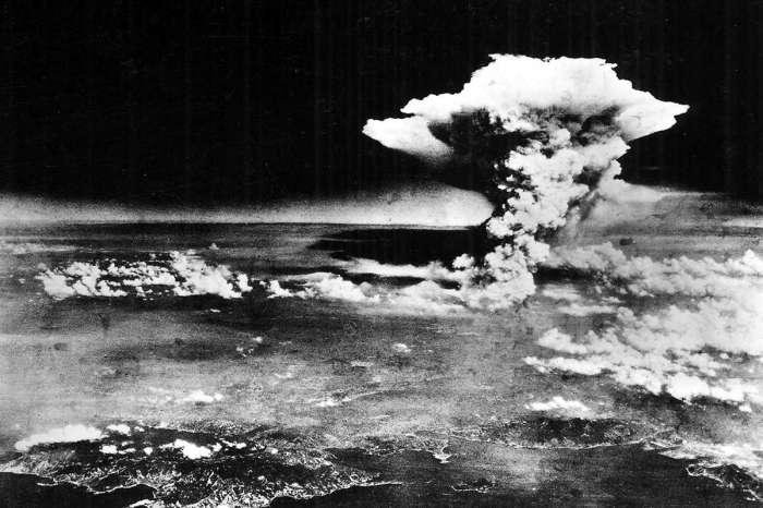 Атомный гриб от взрыва бомбы над Хиросимой.