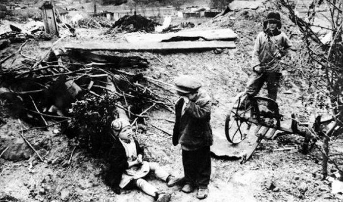 Немцы разрушили дом и забрали в плен родителей этих детей. СССР, 1942 год.