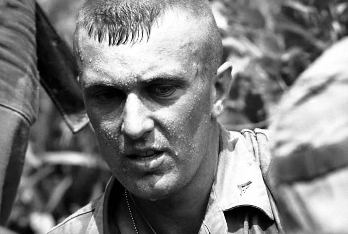 Американский морпех, который недавно прибыл в Южный Вьетнам и был сразу же отправлен на поиски северовьетнамских партизан вблизи авиабазы Da Nang, 29 апреля 1965 года.