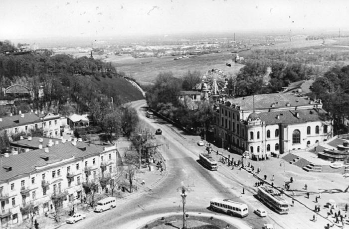 Площадь Сталина, вид на Владимирский спуск и Днепр в 1960-е годы. Фото из Центрального государственного архива кинофотофонодокументов имени Пшеничного.