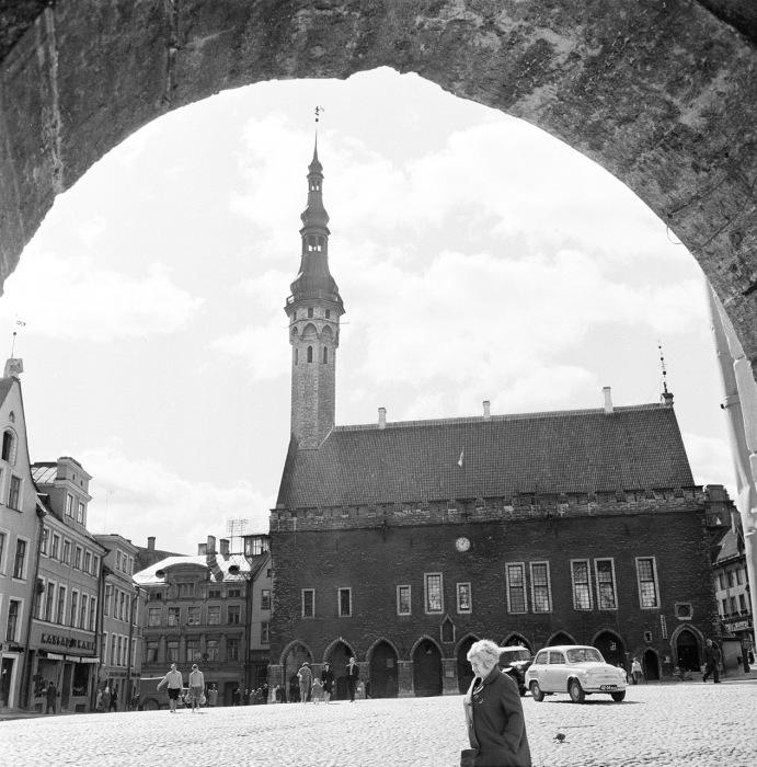 Вид на Таллинскую ратушу в старой части города. СССР, Эстония, 1960-е годы.